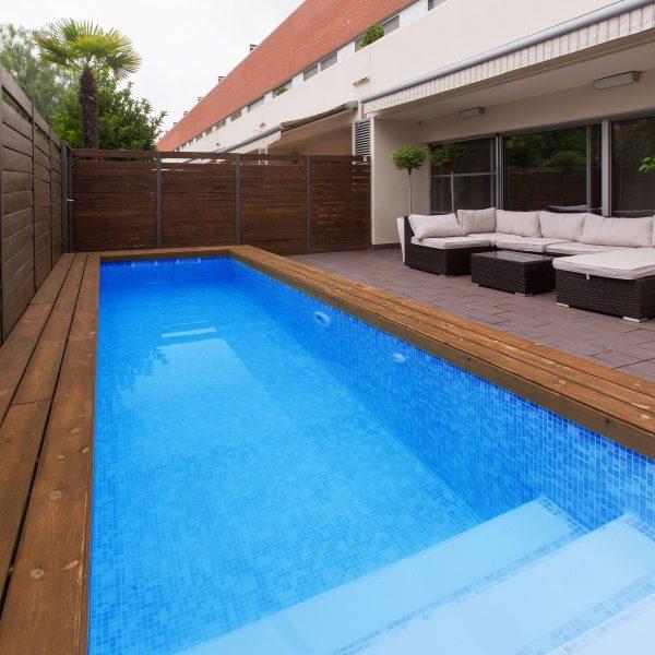 Bizanzblaue Schwimmbeckenabdichtung von Alkoplan für blau schimmernde Swimming Pools