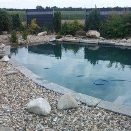 Schwimmteichrand mit Kies und Stein