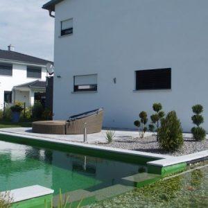 Schwimmteich mit Ruheinsel auf der Terrasse