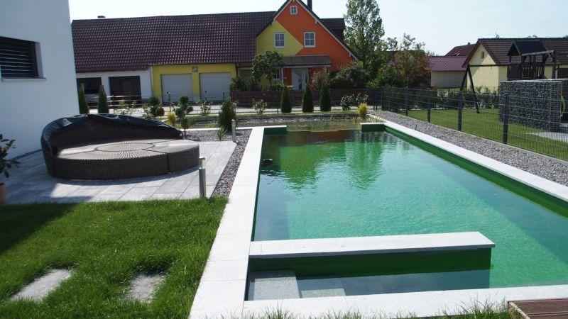 Sicht von vorne auf den Schwimmteich in Bad Abbach