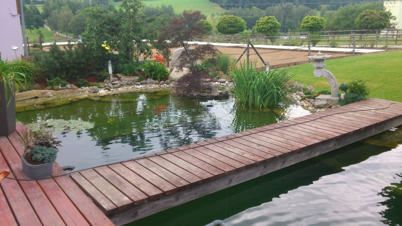 Elemente des Teichbaus: Brücke über Natur- und Koiteiche