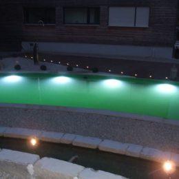 Verschiedene Formen und Farben der Unterwasserbeleuchtung