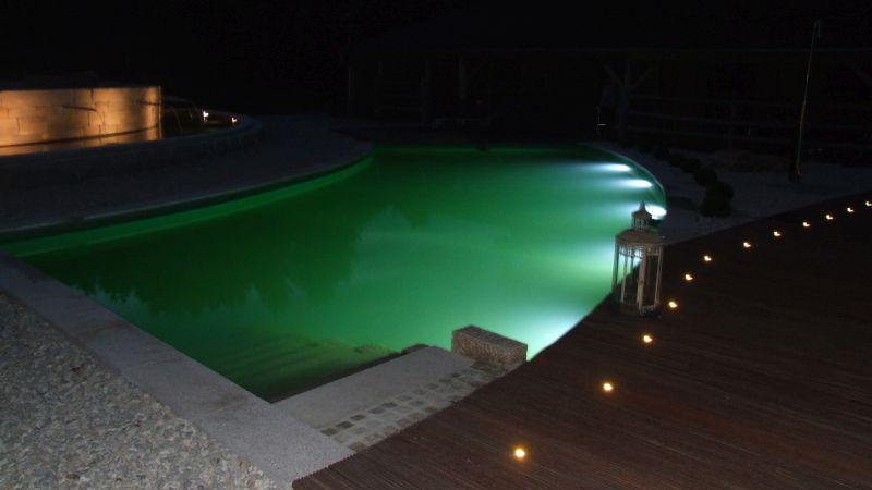 Perfektes Spiel des Lichts - Beleuchtung auf Land und Wasser im Garten