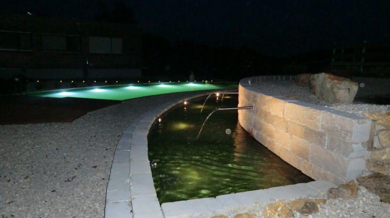 Unterschiedliche Beleuchtung bei Natur- und Schwimmteichen