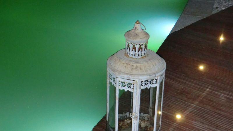 Rustikale Lampe als Deko-Element am Schwimmteich