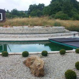 Blick auf Terrasse und Schwimmteich