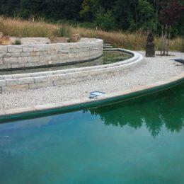 Bruder und Schwester: Schwimmteich und Gartenteich als Filterteich mit Kies getrennt